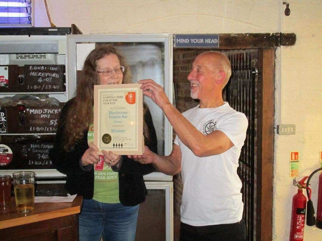 Andrea Briers presents the Norfolk CAMRA Cider Pub of the Year award to the Blackstone Engine Bar's John Nash (13568754)