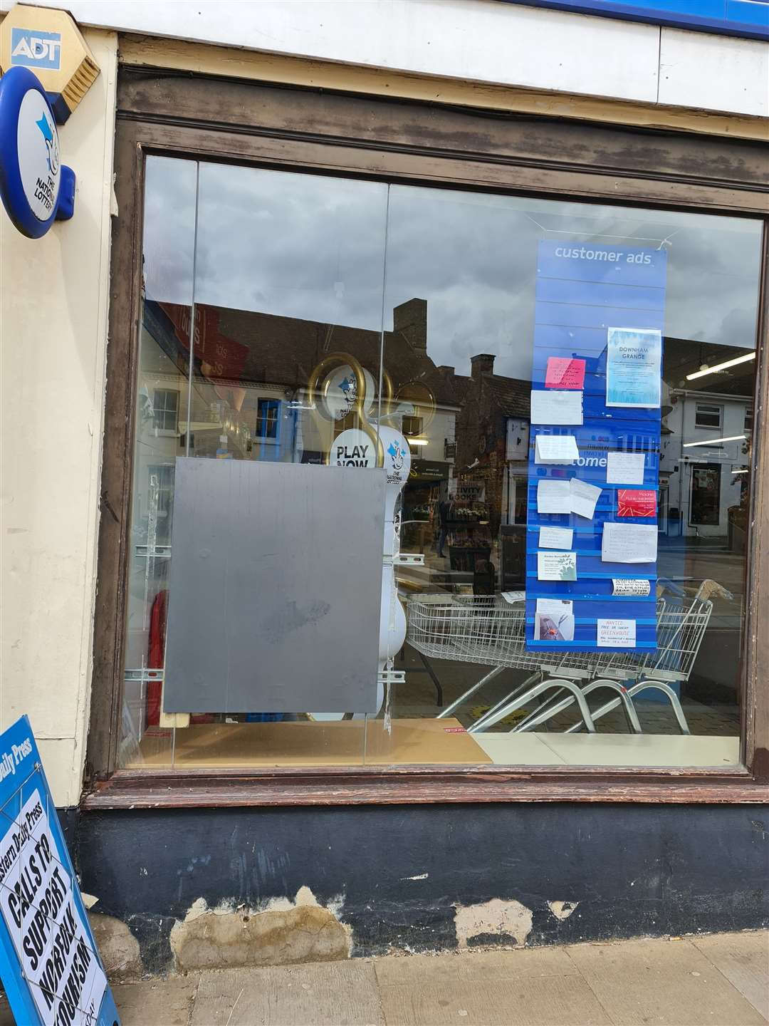 The cash point outside a newsagent has been boarded up, sparking concerns with residents about banking (46830444)