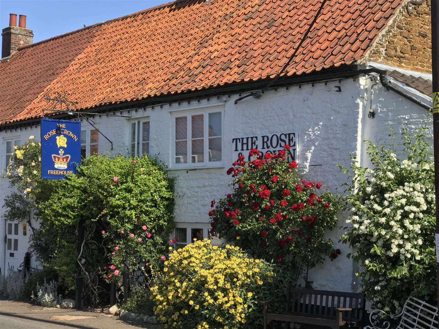 The picturesque Rose and Crown at Snettisham (16062147)